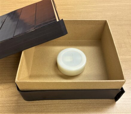 磁石の板で覆われた箱の中にビーコンを入れてある画像