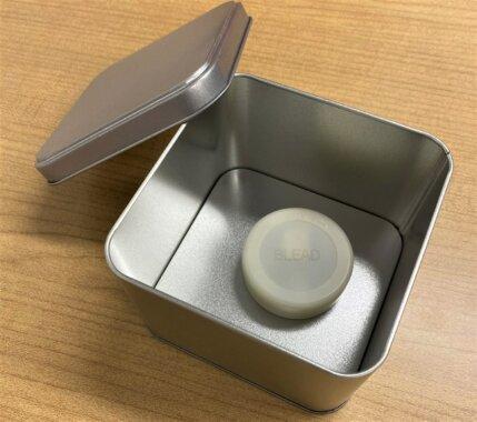 ビーコンをスチール缶の中に入れている画像